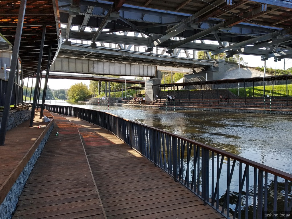 Набережная под мостом через Сходню